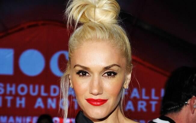 f4cffb9560b1c9 Loiras mais bronzeadas, como Gwen Stefani, podem investir no vermelho  vibrante sem medo de