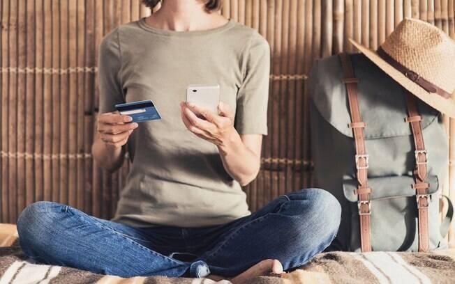Para economizar na viagem além da promoção em passagens aéreas, busque cupons de desconto em aplicativos