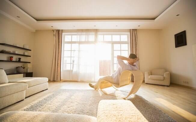 Homem relaxa em casa