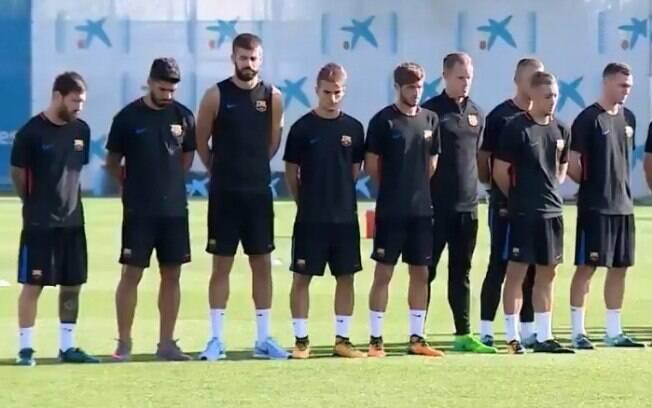 Jogadores do Barcelona fizeram um minuto de silêncio antes do treinamento na Espanha