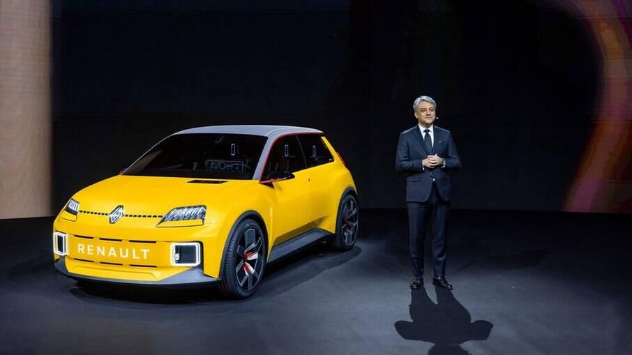 Renault 5 Prototype e Luca de Meo, diretor executivo da Renault, marca que entra em uma nova no mercado global