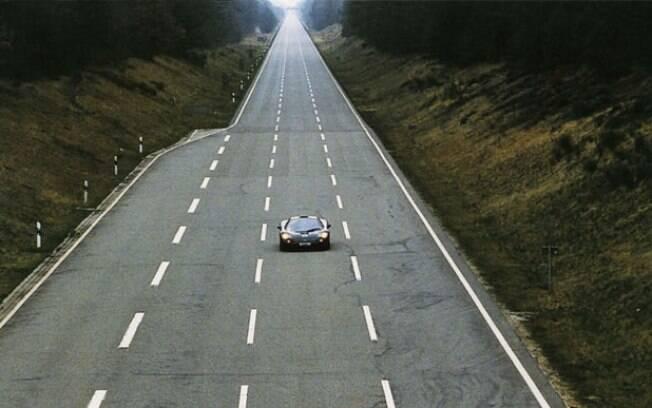 McLaren F1 correndo na lendária Ehra-Lessien, em 1998.