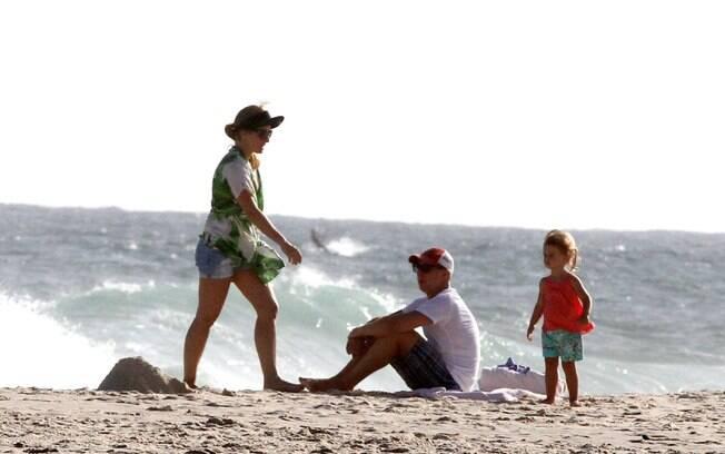 Discretos, Ang�lica e Luciano Huck levam a filha Eva � praia