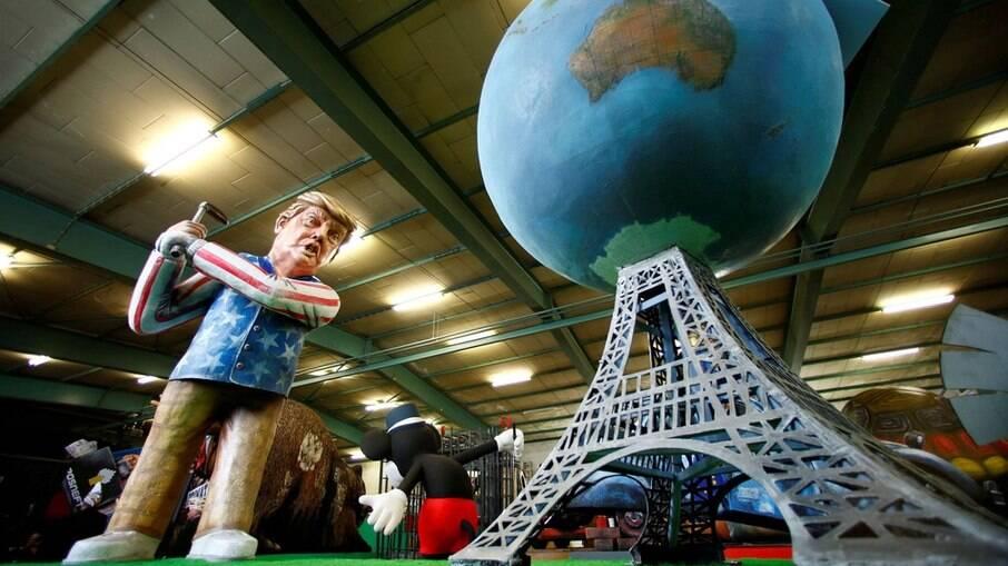 Boneco do ex-presidente Donald Trump jogando golfe com o Acordo de Paris