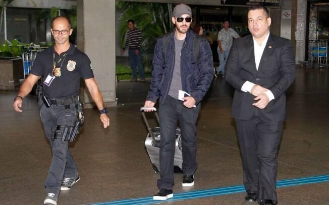 Chris Evans desembarca no Aeroporto Internacional de Guarulhos, em São Paulo, para divulgar o filme
