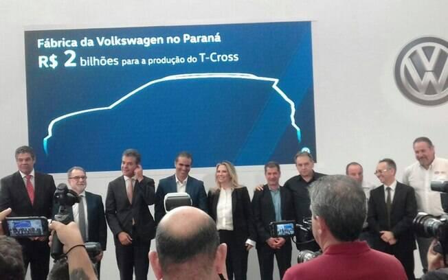 O presidente da Volkswagen, Pablo Di Si, revela a silhueta do novo SUV T-Cross na fábrica em São José dos Pinhais (PR)