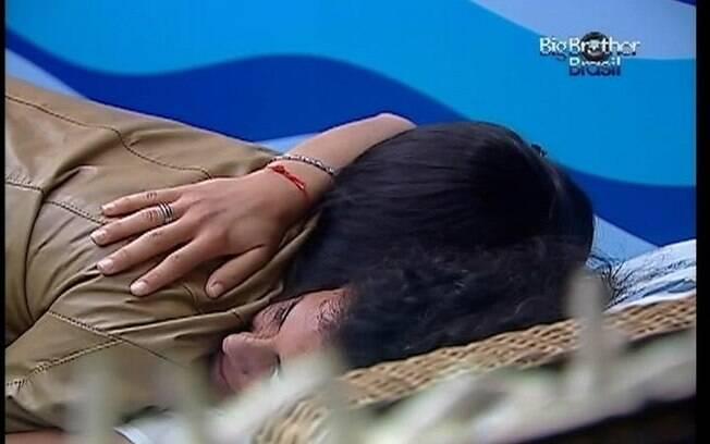 Noemí recebe abraço de Kelly