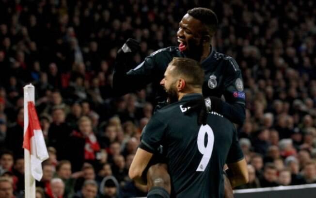 Benzema e Vinícius Junior comemoram gol do Real Madrid em primeiro jogo das oitavas de final contra o Ajax