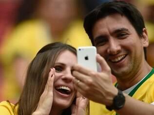 Torcedores do Brasil fazem um 'selfie verde-amarelo' durante a Copa do Mundo