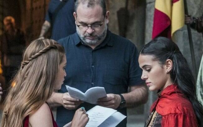 Bruna Marquezine, Marina Ruy Barbosa e o diretor da novela