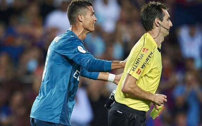 Cristiano Ronaldo empurrou o árbitro Ricardo de Burgos e perderá os próximos cinco jogos do Real Madrid