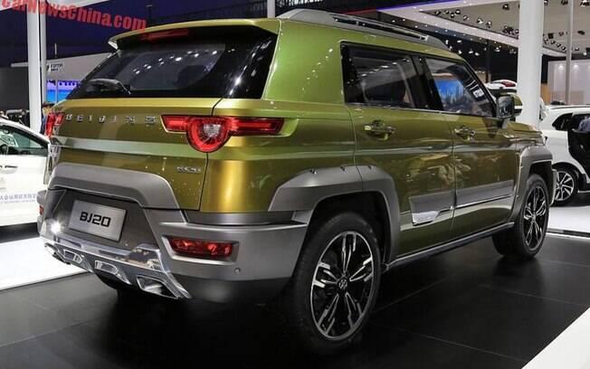 BAIC J20: a lanterna traseira parece ter sido tirada do Jaguar F-Pace e a frente é uma imitação do Jeep Cherokee