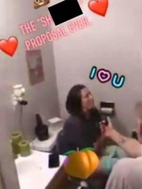 mulher sendo pedida em casamento no banheiro