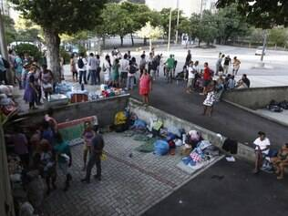 18/04/2014. Cerca de 50 manifestantes estão acampados na porta da Catedral Metropolitana do Rio de Janeiro (RJ), na Avenida Chile, nesta sexta-feira (18). Eles fazem parte do grupo que participou da ocupação do terreno da Oi, no Engenho Novo, na Zona Norte do Rio, e chegaram à catedral às 6h, após serem expulsos pela polícia da porta da prefeitura, nesta madrugada. No local, há famílias com crianças.. Foto - Alexandre Vieira  / Agência O Dia       CIDADE /  TELERJ