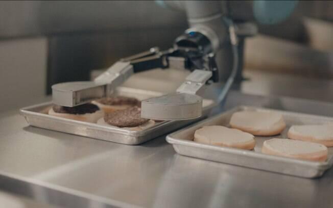 Flippy deverá ser instalado permanentemente no início de 2018;  ideia é que robô chegue a todas as lojas em 2019