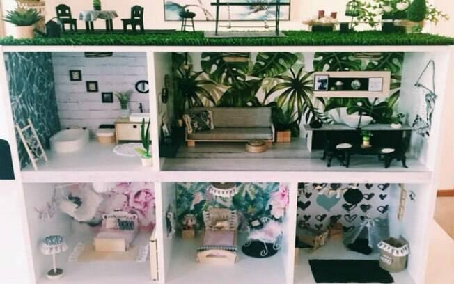A casinha de boneca vem completa com sala de estar/jantar em conceito aberto, quartos, banheiro e jardim no telhado