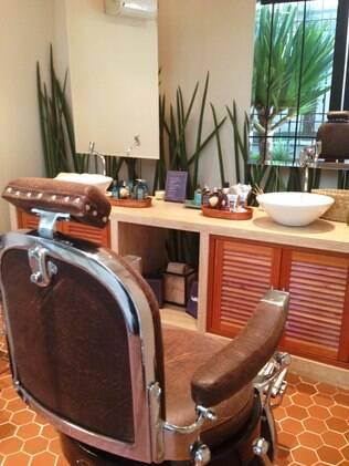 Cadeira de barbeiro no espaço da L'Occitane