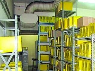 Cópias dos laudos são arquivadas em prateleiras nos corredores