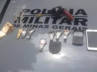 Sete relógios, uma arma e dinheiro foram apreendidos com os assaltantes