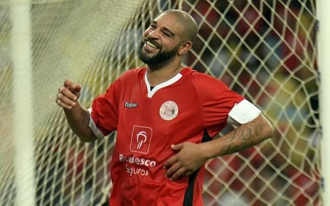 Adriano Imperador participou do Jogo das Estrelas no Maracanã e marcou um gol