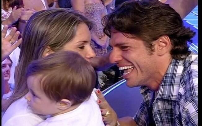 João Maurício dá um beijo no filho assim que sai do reality