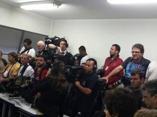 Fotógrafos e cinegrafistas se amontoam para registrar o voto do candidato Aécio Neves (PSDB)