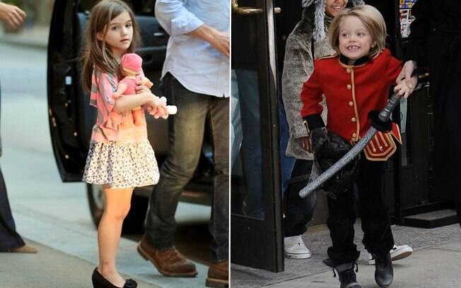 Suri dá colo a uma boneca e Shiloh se diverte com uma espada: para as crianças, brinquedos não têm gênero