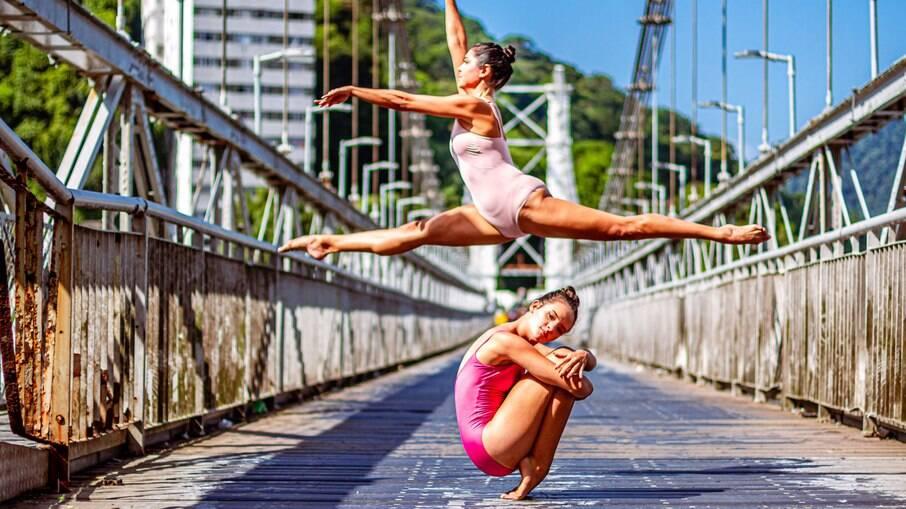 Bailarinas na ponte pênsil, entre São Vicente e Praia Grande, em São Paulo