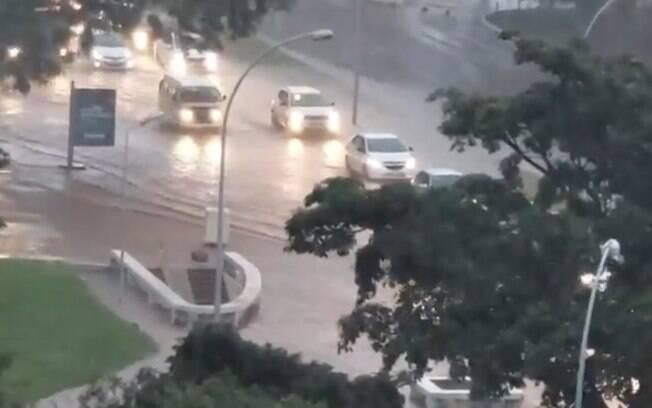 Chuva forte em Brasília alaga ruas, estações de metrô e derruba árvores em toda a cidade