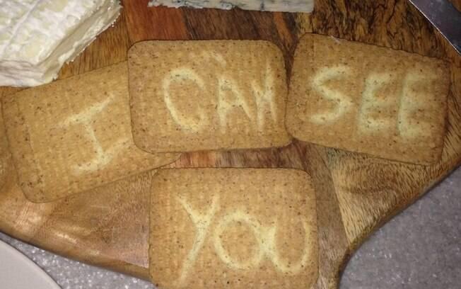 Britânica afirma ter se sentido desconfortável e muito assustada com mensagem encontrada nos biscoitos