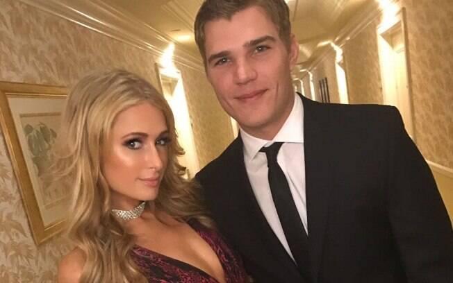Paris Hilton foi pedida em casamento pelo namorado Chris Zylka com um anel de brilhante!