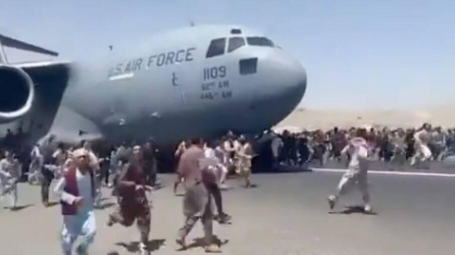 Afegãos se agarram a aviões em Cabul