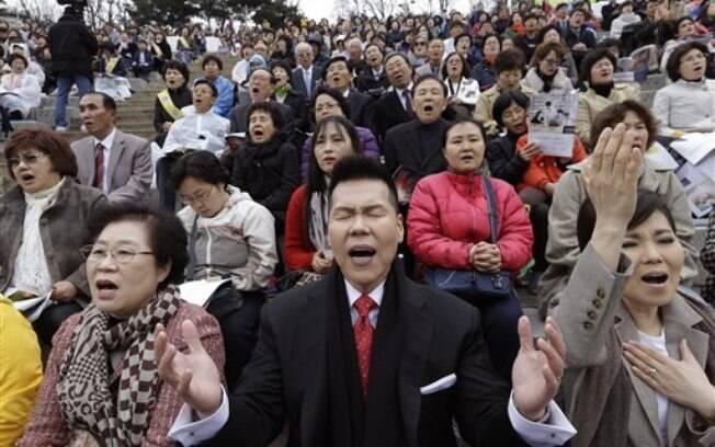 Na Coreia do Sul, cristãos rezam no domingo de Páscoa (5 de abril)