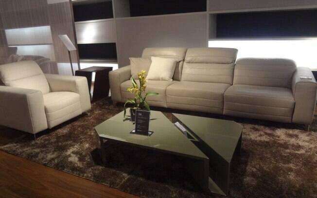 Encostos muito altos podem 'achatar' a sala. Sofás com encostos expansíveis, como este modelo Natuzzi, podem ser uma boa saída