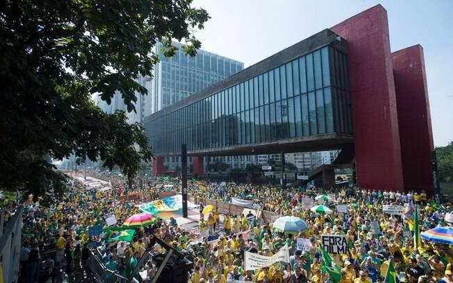 Cerca de 275 mil pessoas passaram pela Paulista em protesto neste domingo (12/04/2015)