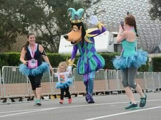 Personagens como o Pateta recepcionam os miniatletas durante corrida na Disney