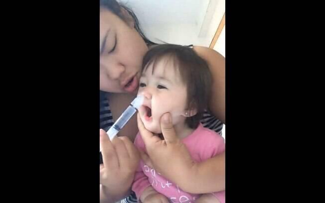 Mãe ensina técnica para limpar nariz entupido de bebê e surpreende internautas com a rapidez do processo