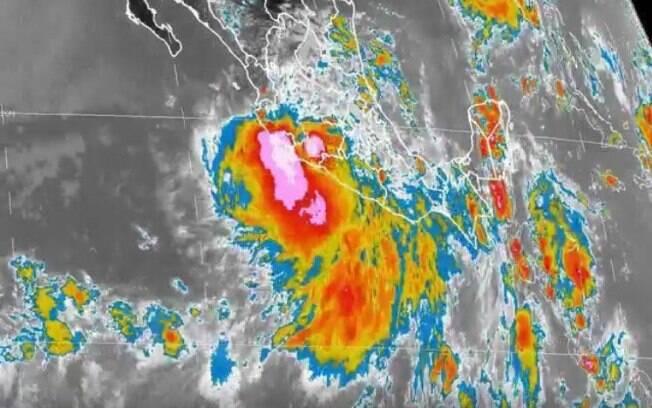 Imagem de satélites mostra o avanço do furacão Earl na costa do México neste domingo (7)