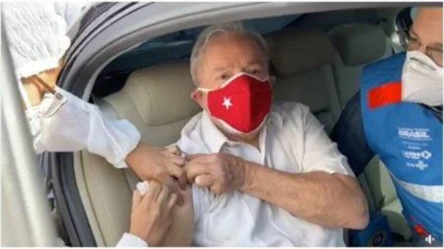 Ex-presidente Lula tomando a segunda dose da vacina contra o novo coronavírus