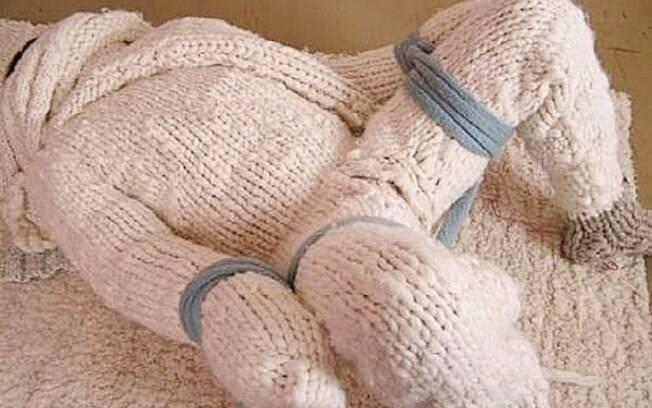 Veja as melhores posições para realizar o fetiche por roupas de lã - seja ela de corpo inteiro ou apenas uma peça