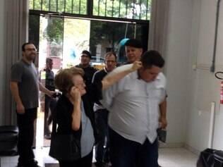 BRASIL - Idosa puxa orelha de suspeito após tentativa de 'golpe do bilhete' no RS Dupla tentava convencer mulher a depositar dinheiro, diz delegada. Advogado dos suspeitos foi procurado e não deu declarações sobre caso.  foto: Tiago Àvila / Grupo Repórter - 21.03.2014