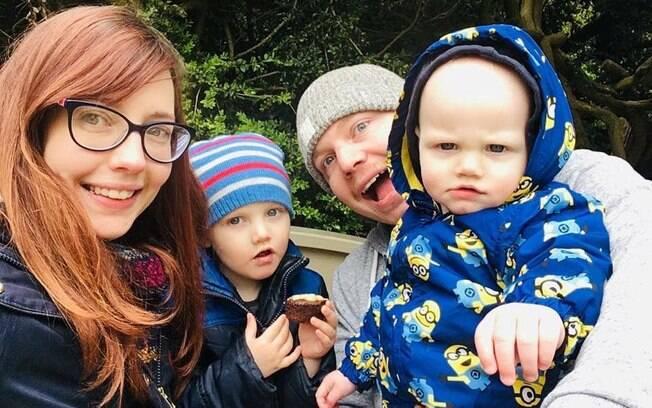 Na foto, o pequeno Edward aparece vestido com uma roupa dos Minions ao lado da mãe, do pai e do irmão mais velho