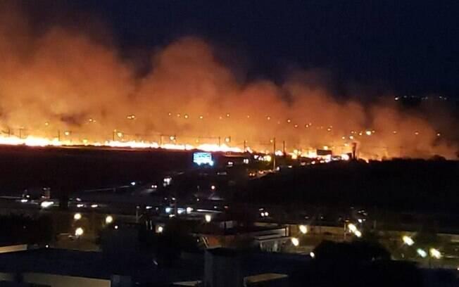Incêndio atinge área de mata próximo ao Galleria, em Campinas
