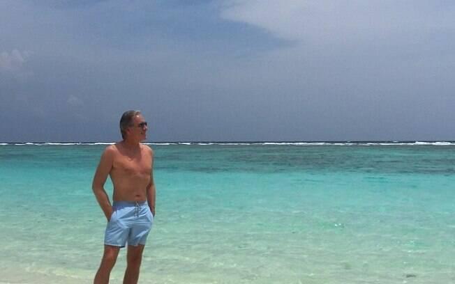 Roberto Justus escolhe bermuda comportada para tomar sol