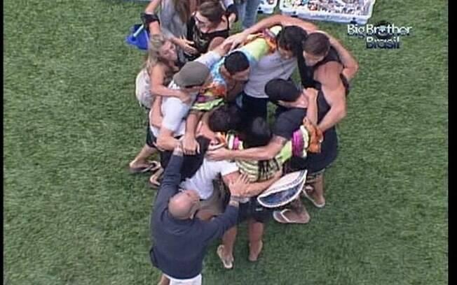 Participantes se abraçam e comemoram após o devem cumprido