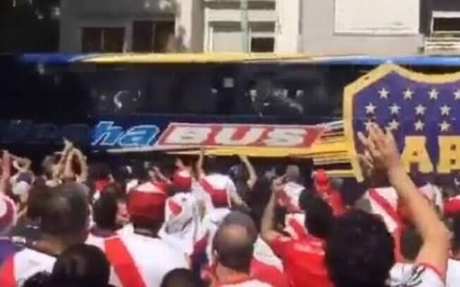 O ônibus do Boca Juniors foi apedrejado por torcedores do River Plate na chegada para final da Libertadores