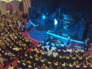 Zezé e Luciano cantam para um teatro lotado. Músicos farão mais dois shows em cruzeiro