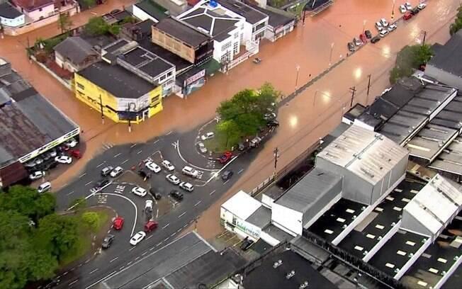Chuva forte em São Paulo provoca alagamentos