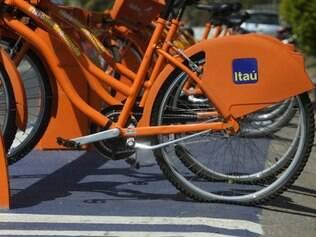 Cidades - Belo Horizonte - MG..Estacoes do Bike BH apresentam falhas no sistema . Bikes nao sao reconhecidas no aplicativo do celular e algumas se encontram com o pneu furado . Algumas pessoas tem dificuldades em retirar a bicicleta da estacao por diversas falhas....FOTO: FERNANDA CARVALHO / O TEMPO - 17.09.2014