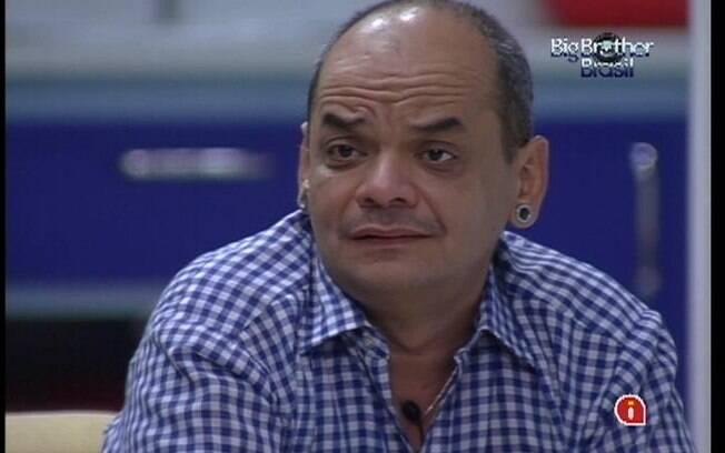 Após ser emparedado, João Carvalho recebe o carinho de Fabiana